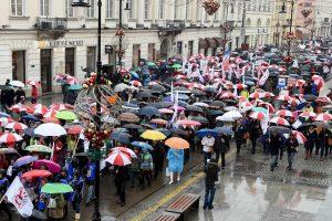 Tūkstančiai lenkų protestuoja prieš švietimo reformas