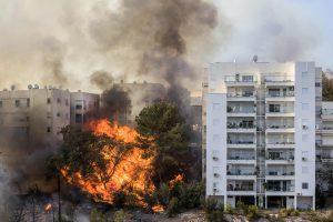 Dėl Izraelį niokojančio gaisro evakuota šimtai žmonių