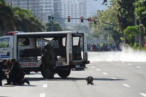 Filipinuose sulaikyti du kovotojai, padėję bombą šalia JAV ambasados