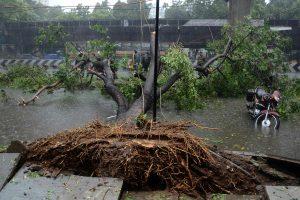 Pietų Indijoje siaučiantis ciklonas nusinešė 10 žmonių gyvybių