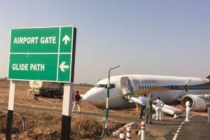 Indijoje lėktuvui nuslydus nuo kilimo tako sužeista 15 žmonių