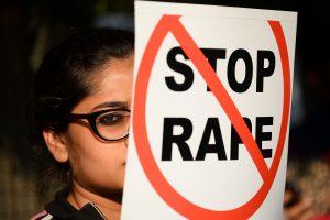 Indijoje patėvio išžaginta 10-metė nori aborto