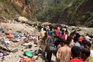 Indijoje autobusui nulėkus nuo skardžio žuvo 44 žmonės