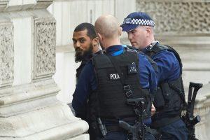 Londone prie parlamento sulaikytas galimas teroristas, greta jo – peiliai (papildyta)