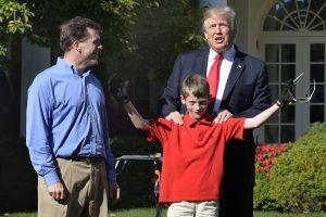D. Trumpas pakvietė vienuolikmetį nupjauti žolę Baltųjų rūmų Rožių sode