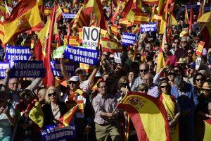 Madride – demonstracija, nušalintas Katalonijos lyderis ragina priešintis