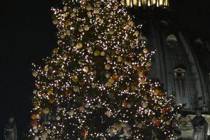 Per Kalėdų eglės įžiebimą Vatikane popiežius ragino padėti neturtingiesiems