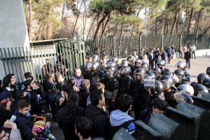 Per protestus Irane žuvo dešimtys žmonių, tarp jų –  nušautas policininkas
