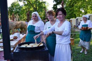 Agurkų šventėje – ir neregėtos suknelės iš daržovių