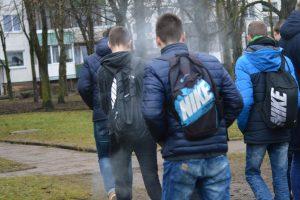 Išsigandę pareigūnų nepilnamečiai cigaretes išmetė