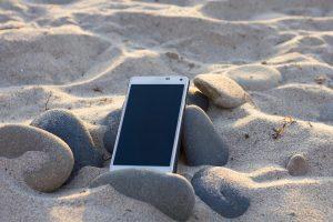 Atmintinė atostogaujantiems: kaip apsaugoti telefoną paplūdimyje?