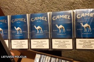 Baltarusė įkliuvo su maišu kontrabandinių cigarečių prie parduotuvės