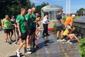 Lietuvos diplomatai bėgdami pagerbė Medininkų žudynių aukas