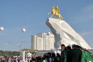 Turkmėnijos lyderio kultas sutvirtintas paauksuotu paminklu