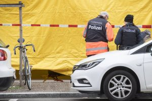 Ciuriche per šaudymą gatvėje prie banko žuvo du žmonės