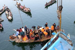 Indijoje nuo tilto nulėkus autobusui, žuvo mažiausiai 36 žmonės