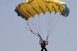 Šalia Klaipėdos parašiutininkas leidosi skiriamojoje juostoje