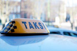 Už paslaugą taksistui atsimokėjo lazdos ir peilio smūgiais