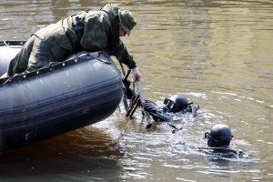 """""""Aro"""" narai aiškinsis, ar ežere šalia Vilniaus nuskendo tankas"""