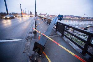 Ant tilto išverstas stulpas sukėlė rūpesčių