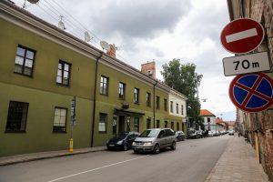 Lauko kavinės senamiesčio gatvę dalysis su automobiliais