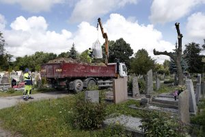 Joniškės kapinėse verda darbai