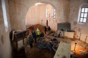 Zapyškio bažnyčioje archeologams padeda lobių ieškotojai