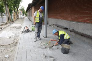 Klaipėdiečiai sunerimę: tvarkant šaligatvį niokojamas istorinis grindinys?