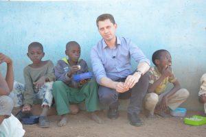 Kunigas R. Doveika Afrikoje: tai kelionė sausroje prie vilties šaltinių
