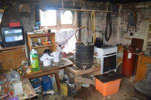 Joniškietis lauko virtuvėje buvo įsirengęs naminės degtinės fabrikėlį