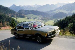 """""""BMW 7"""" istorija: kaip evoliucionavo pirmasis sportiškas prabangus automobilis"""