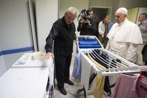 Popiežius aplankė naują Vatikano benamių prieglaudą