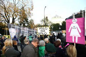 Lenkijoje šimtai moterų protestavo prieš griežtesnius abortų įstatymus