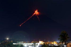 """Filipinuose lavos """"fejerverkai"""" traukia turistus, bet gyventojai evakuojasi"""