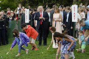 Baltuosiuose rūmuose – pirmosios D. Trumpo margučių ridenimo varžybos