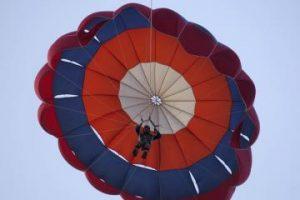 90-metė danė pirmą kartą gyvenime šoko parašiutu