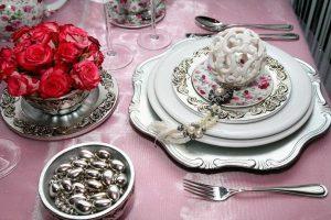 Naujųjų nakties šventinis stalas: prabanga ir sidabro spalvos