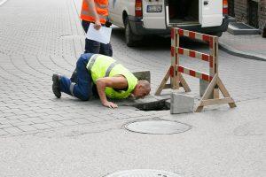 Atsargiai: J. Gruodžio gatvėje atsivėrė smegduobė