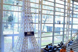 VGTU studentai iš popieriaus sukūrė rekordinį Eifelio bokštą