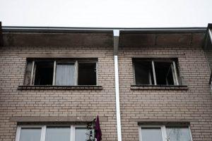 Kaune liepsnojo butas, dūmais apsinuodijusi šeimininkė išvežta į ligoninę
