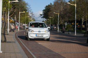 Elektromobilių vairuotojams iššūkį meta ir dviratininkas