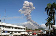 Aktyviausias Filipinų ugnikalnis spjaudosi lava, evakuota per 40 tūkst. žmonių