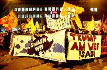 Šveicarijoje prieš D. Trumpą protestavo daugiau kaip tūkstantis žmonių