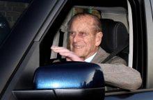 Britų karalienės vyras princas Philipas pateko į avariją, bet nenukentėjo