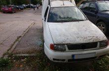 Būna ir taip: vilnietis savo seną mašiną naudojo kaip sandėliuką