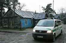 Tabore penki romai užpuolė vyrą: talžė kastuvu ir metaline lazda