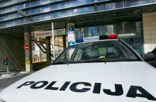 Girtas įsisiautėjęs vilnietis pradūrė policijos mašinos padangą