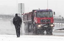 Įspėja vairuotojus: keliuose yra slidžių ruožų