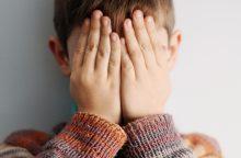 Mažamečių akivaizdoje vyras grasino jų motinai perrėžti gerklę