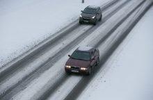 Vairuokite atsargiai: keliuose yra slidžių ruožų